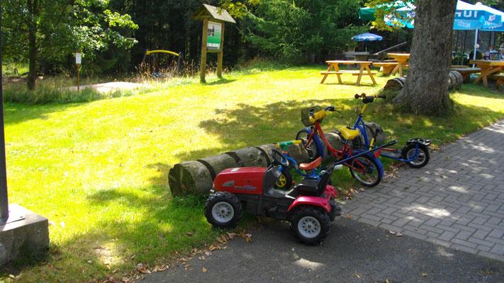 Reichlich Kinderspielzeug im Waldrasthaus Karches