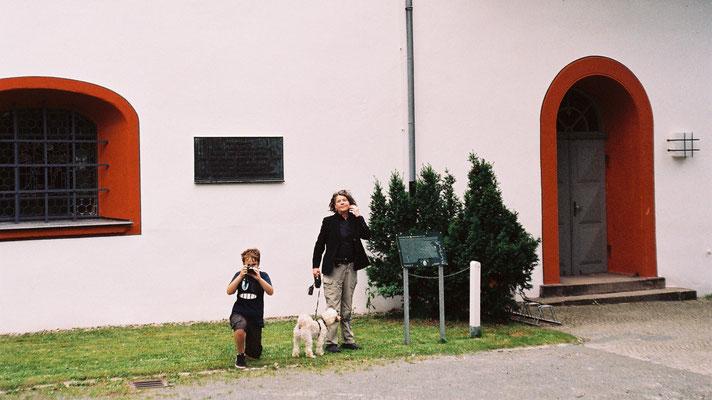 Hilde Zielinski und Marco vor den beiden Tafeln der Lorenzkirche