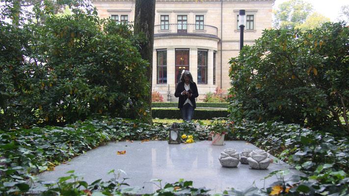 Im Hintergrund Haus Wahnfried – im Vordergrund Richard Wagners Gruft
