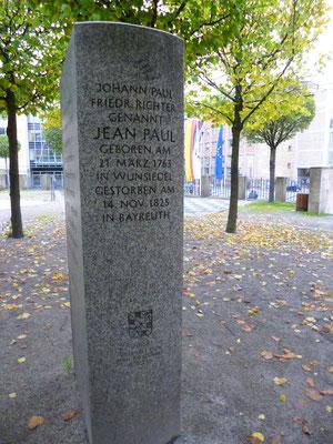 Jean-Paul-Gedenkstein vor dem Harmonie-Gebäude