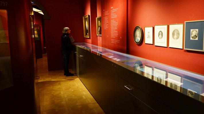 Man ist ganz allein im Museum ...