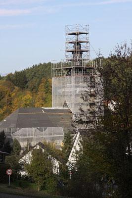 Die Alladorfer Kirche, eingerüstet