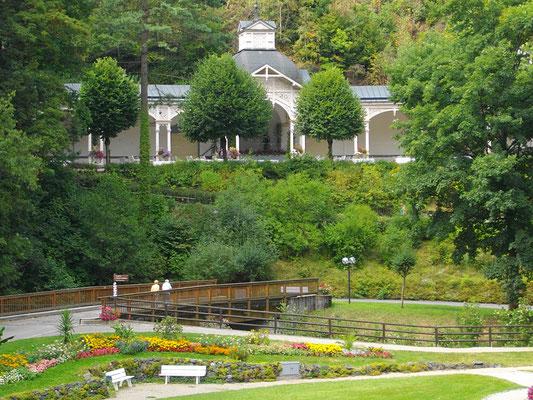 Kurpark mit den historischen Kolonnaden von Bad Berneck