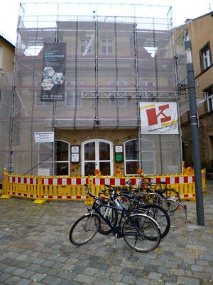 Das Kurier-Haus versteckt sich gerade hinter einem Gerüstaufbau ...