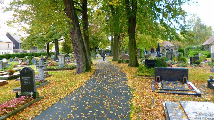 ... auf dem Hauptweg liegt das Grab von Jean Paul.