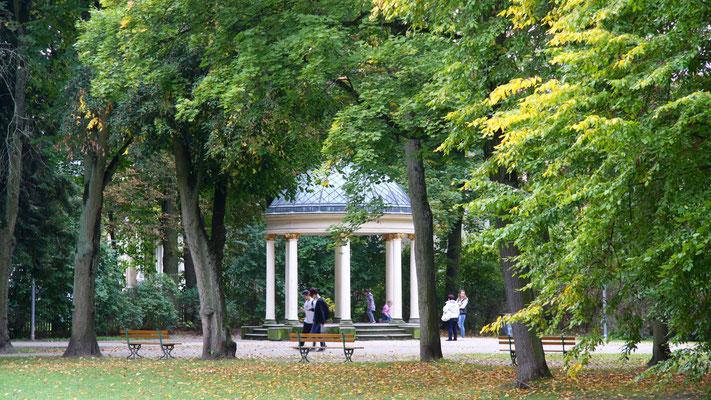 Der Sonnentempel – ein Monopteros, das ist ein Rundbau mit Säulen, oft als Musentempel gedacht. Er wurde der Königin Luise gewidmet