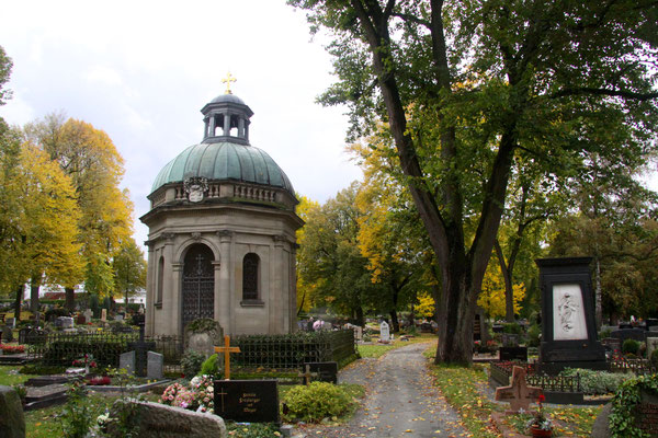 Beide sind hier auf dem Stadtfriedhof von Bayreuth begraben, in der Nähe Jean Pauls Grab.