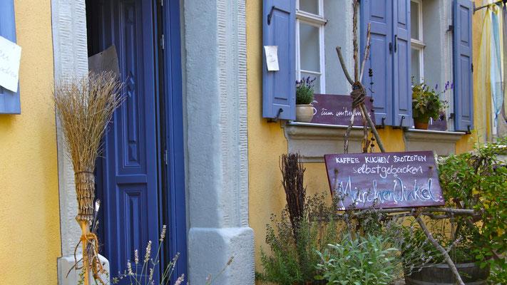 Kaffeestube MächenWinkel. Die blaue Eingangstür.