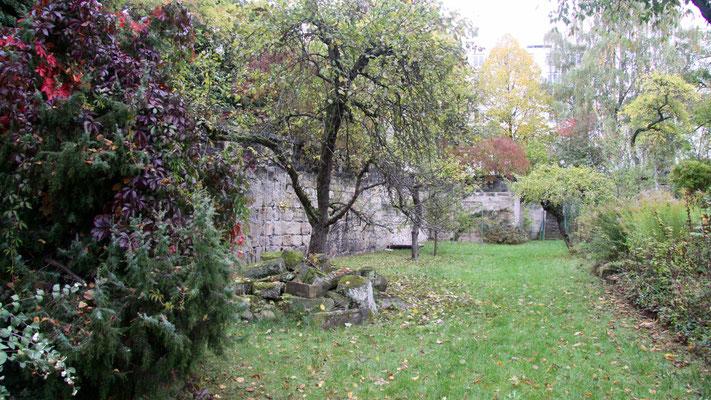 Blick vom Haus in den Garten, im unteren Garten/Ebene 2 stehend, links die Stadtgrabenmauer (9) mit Balustrade