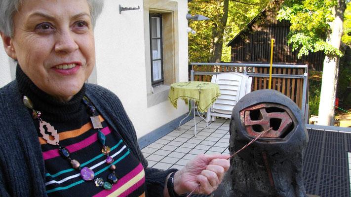 Gertrud Sommer erklärt die Jean-Paul-Büste von Claus Tittmann