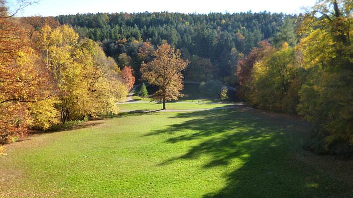 Blick vom Schloss hinunter auf den Park