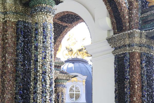 Märchenhaftes Aussehen durch bunte Glasflüsse und Bergkristalle
