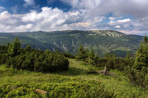 Pantschefall (Pančavský vodopád) mit Blick auf den Veilchenstein und Schneegruben (Śnieżne Kotły)