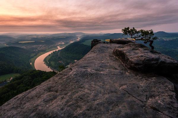 Sonnenaufgang auf dem Lilienstein mit Blick auf die Elbe und Bad Schandau