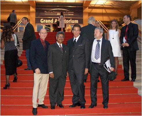 Auf dem roten Teppich zusammen mit den Profifotografen Anils Risal Sing, Indien, Thomas Deernick, USA und Vladimir Nefedov, Russland, die drei Ersten in der Kategorie Science