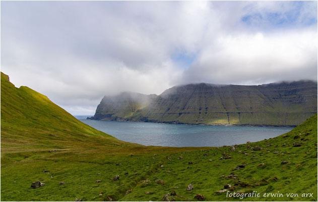 Blick auf denKalsoyarfjord und die Insel Kunoy