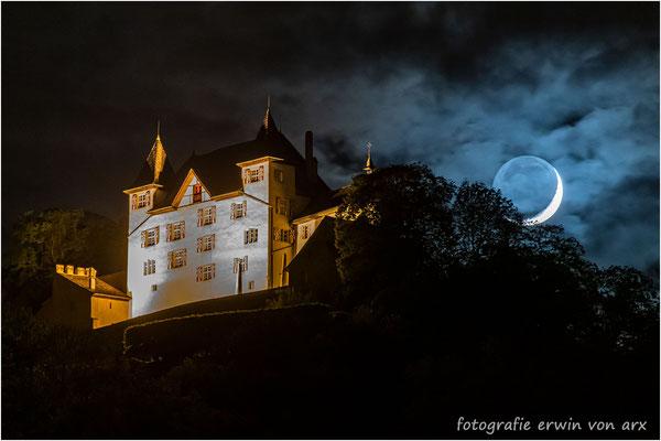 Schloss Wartenfels mit untergehendem Mond