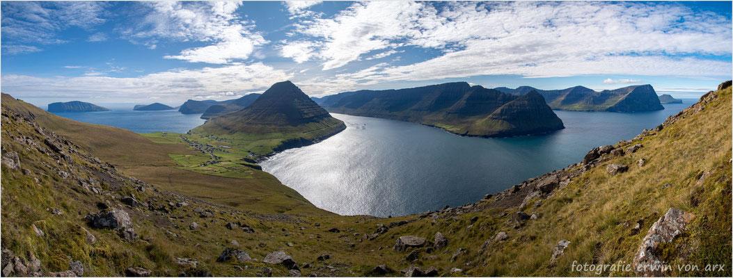 Oberhalb von Vidareidi mit Blick auf die Inseln v.l. Fugloy, Svínoy, Vidoy, Bordoy, Kunoy und Kalsoy