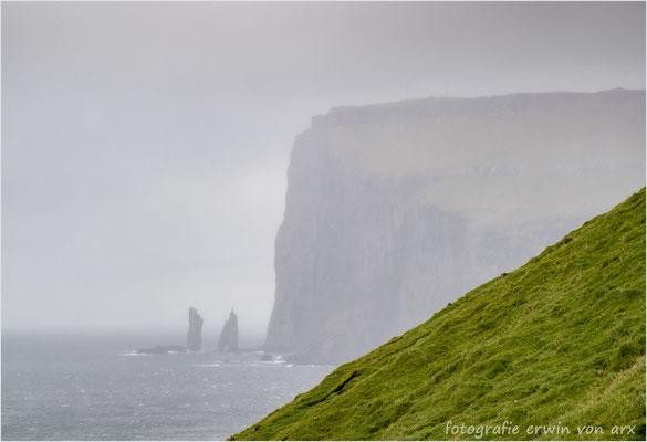 Trübe Aussichten, Blick zu den Risin Kellingin sea stacks