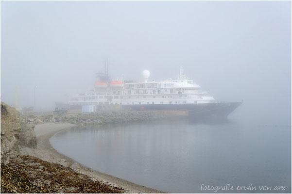 Der erste Halt im nebligen NY ALESUND, der einzige Ort wo die SEA SPIRIT an den folgenden neun Tagen anlegen kann
