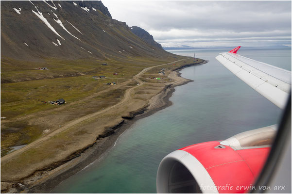 Im Landeanflug auf Longyearbyen. Nach fünfstündigem Flug landen wir um 02.30 Uhr