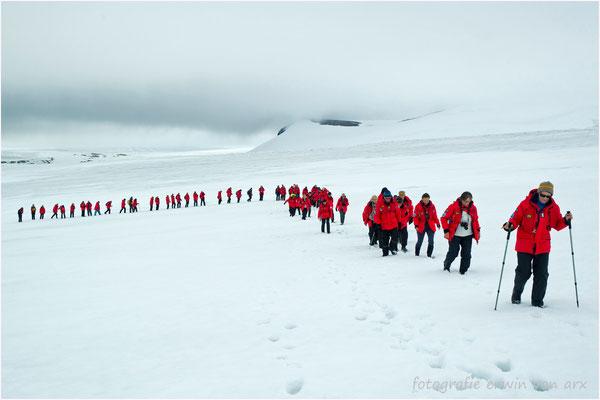 Es gibt eine anstregnede Gletscherwanderung auf dem Palanderbreen