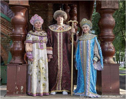 Uglitsch, Kremel. Heilige Trachten vor dem Zarenpalast