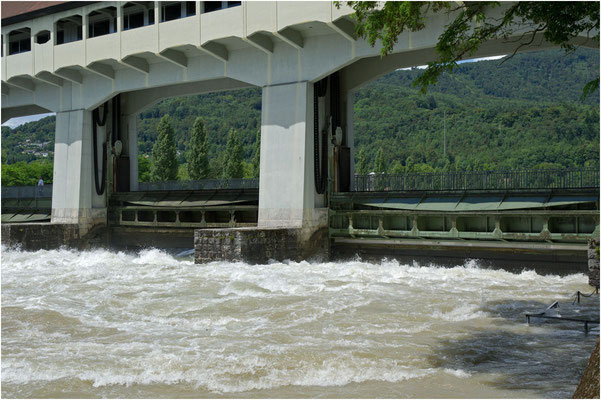 Die Schleusen wurden hochgezogen und das Wasser unten durch abgelassen, wegen der grossen Wassermenge gabs in Obergösgen Überschwemmungen
