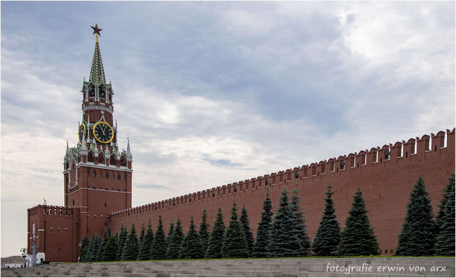 Moskau. Kremelmauer mit dem Erlöserturm. Total gibt's 20 Mauertürme