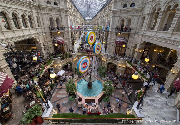 Moskau. GUM Einkauszentrum mit vielen kleineren Läden