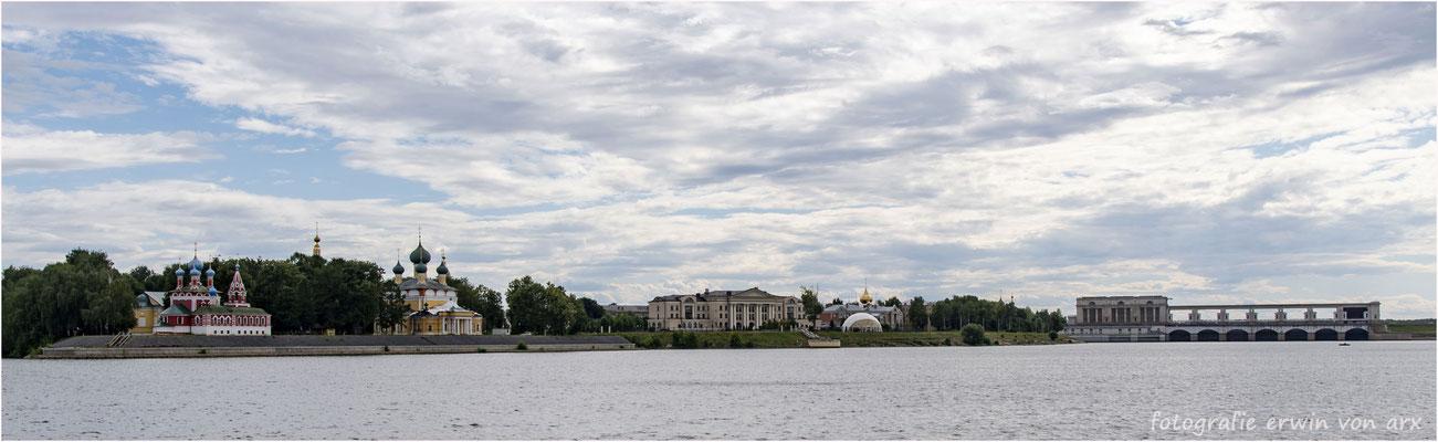 Uglitsch. Links der Kremel rechts das Wehr des Stausees und das Wasserkraftwerk