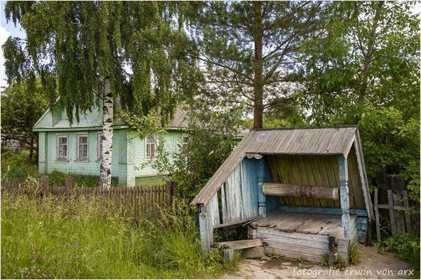 Gorizy. Ich bewege mich im Dorf wo sich die Armut zeigt