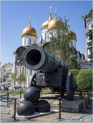 Moskau, Kremel. Die Zarenkanone im Hintergrund die Mariä-Entschlafends-Kathedrale