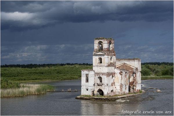 Unterwegs. Die Ruine der Christi-Geburtskirche bei Krochino