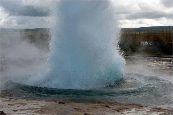 Island, Strokkur, es schiesst eine Fontäne hoch