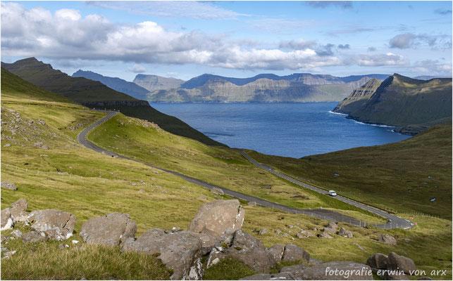 Blick vom Pass Eidiskard auf den Funningsfjord und die Insel Kalsoy und ganz hinten Kunoy