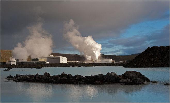 Island, die Blaue Lagune im Hintergrund das Svartsegni Geothermal Power Plant