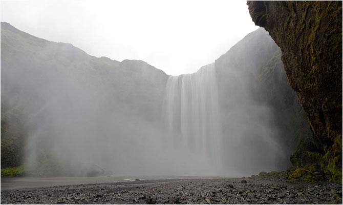 Island, Skogafoss bei starkem Wind und Regen