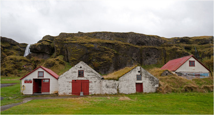 Island, alte Hütten beim Gljufrafoss