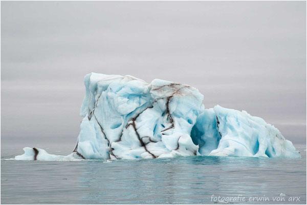 Eisberge durchzogen von Gestein