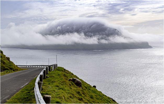 Von Wolken umhüllt die Insel Hestur