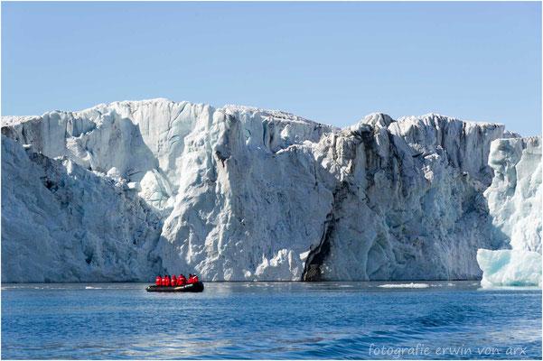 Zu den riesigen Gletscherabbruchkannten