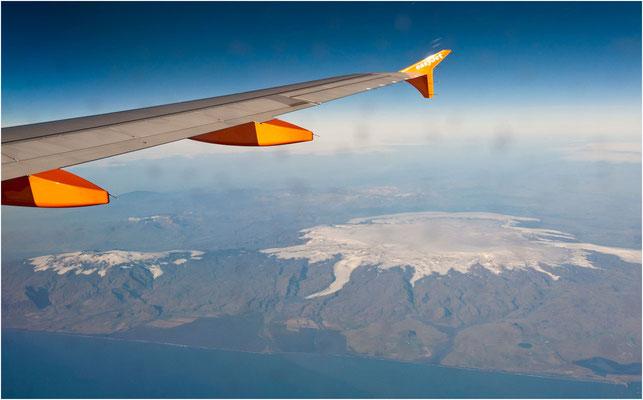Island, Flug Richtung Reykjavik über Myrdalsjökull und links den Eyjafjallajökull der 2010 ausgebrochen war und den europäischen Flugverkehr lahm legte