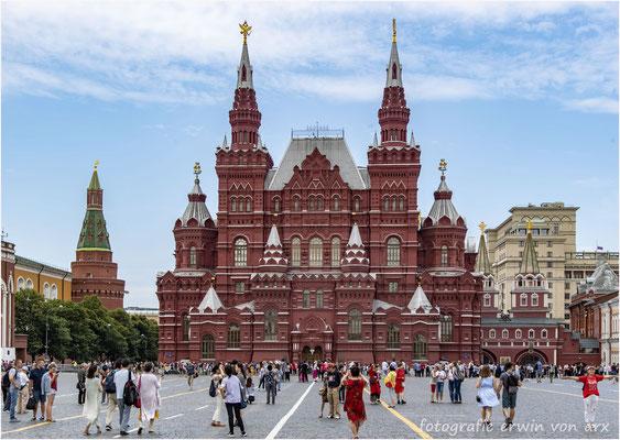 Moskau, roter Platz. Links Arsenalturm, mitte Historisches Museum, rechts Auferstehungstor