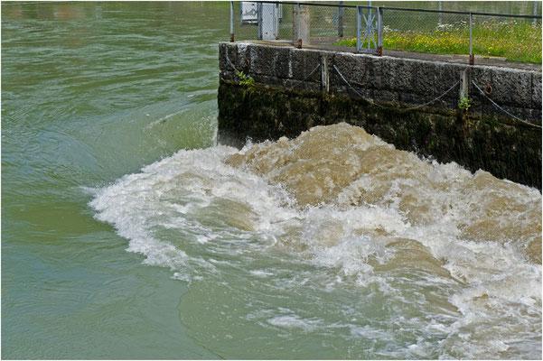 Wegen Maschinenausfall am 14.07.2014 im Kraftwerk Gösgen staute sich das Wasser im Kanal und musste übers Stauwehr abgelassen werden