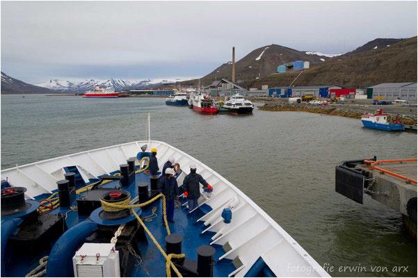 Um 23.40 legen wir nach eindrucksvollen Tagen wieder in Longyearbyen an