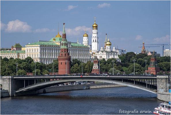 Moskau. Brücke über die Moskwa im Hintergrund der Kremel