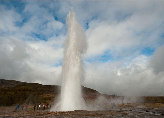 Island, der Strokkur schiesst alle 5-10min Fontänen, 25-35m in die Höhe
