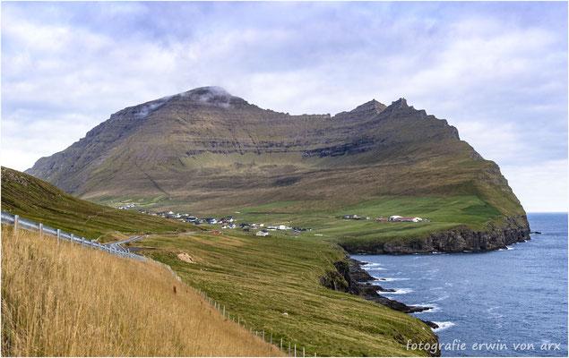Vidareidi auf der Insel Vidoy unterhalb des höchsten Berges dem Villingadalsfjall (841m) der Färöer-Inseln
