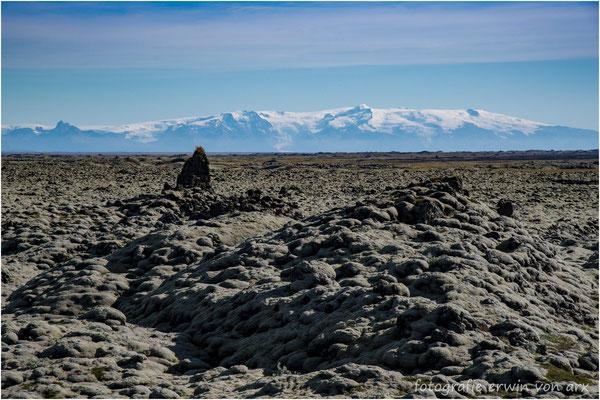 Lavafelder, im Hintergrund der Vatnajökull